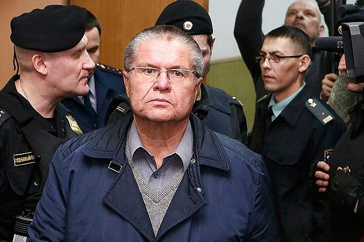 Суд признал законным продление домашнего ареста экс-главы МЭР Улюкаева