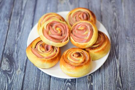 Фото к рецепту: Розочки слоеные из колбасы
