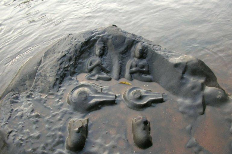 Каменные фигуры, которые то появляются из реки, то исчезают