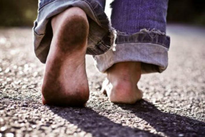 Неухоженные ступни и пальцы на ногах.