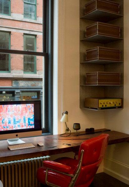 Угловые полки в интерьере домашнего офиса
