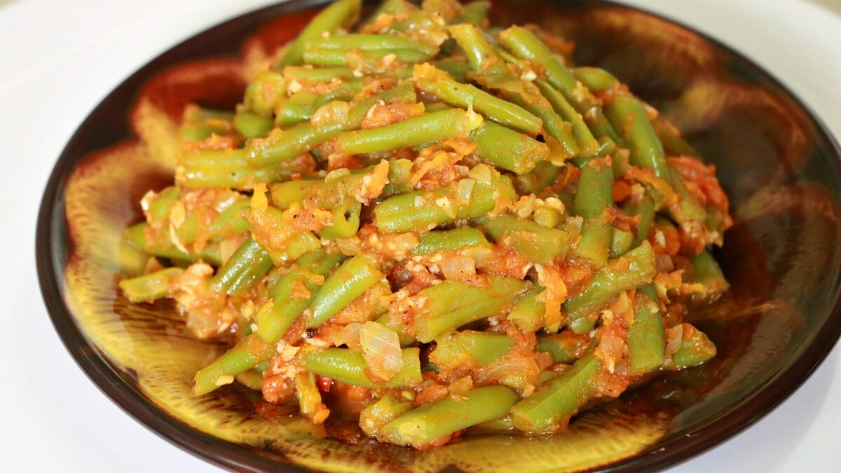 Для любителей острых блюд рецепт приготовления острой закуски из зеленой фасоли в томате. Закуска из зеленой фасоли и обжаренных овощей, остроту блюду придает горький перец и чеснок.