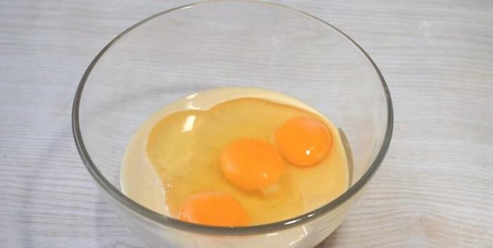 Яйца нужно разбивать в отдельную емкость, чтобы в тесто не попала скорлупа. / Фото: willcomfort.ru