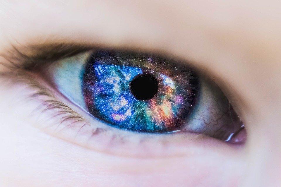 Китайские ученые создали меняющие цвет контактные линзы для лечение глаукомы