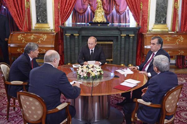 Владимир Путин (в центре), Эмомали Рахмон и Серж Саргсян (справа), Александр Лукашенко и Алмазбек Атамбаев (слева) во время встречи в Кремле 8 мая 2014 года