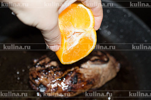 Утиную грудку полить соком апельсина.