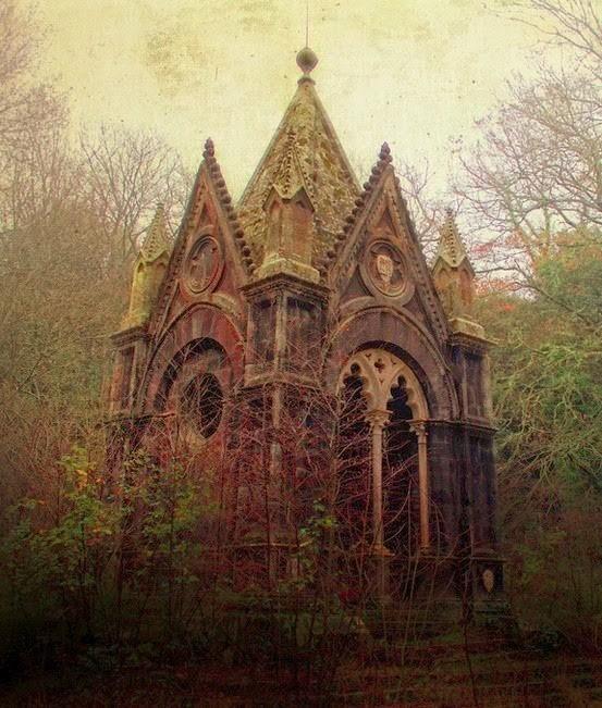 Готический мавзолей, Италия заброшенное, красиво, мир без людей, природа берет свое, фото, цивилизация