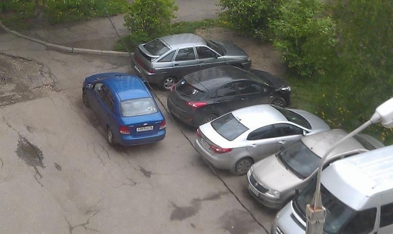 Видео с водителем-виртуозом, которого заблокировали на парковке, набирает популярность