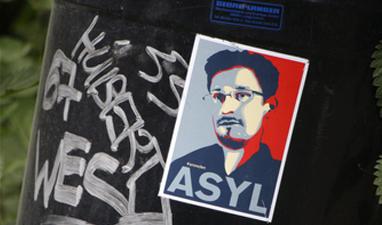 Сноудена оставили в России еще на три года