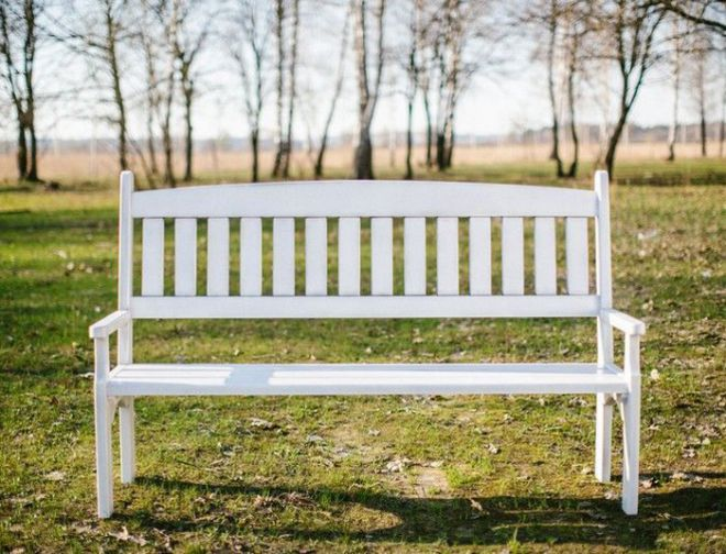 белая деревянная скамейка