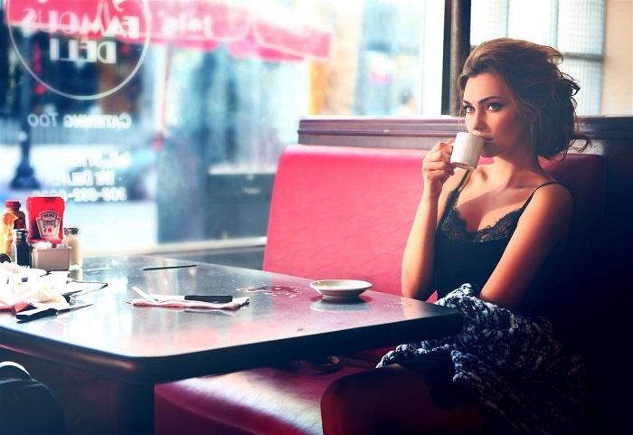 Одинокие девушки никуда не торопятся и могут часами сидеть в кафе. / Фото: zen.yandex.ru