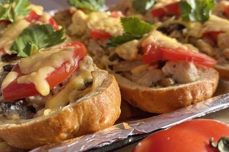 Фото к рецепту: Запеченный багет с курицей и грибами
