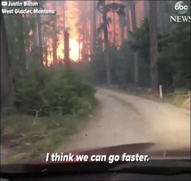 На машине сквозь горящий лес