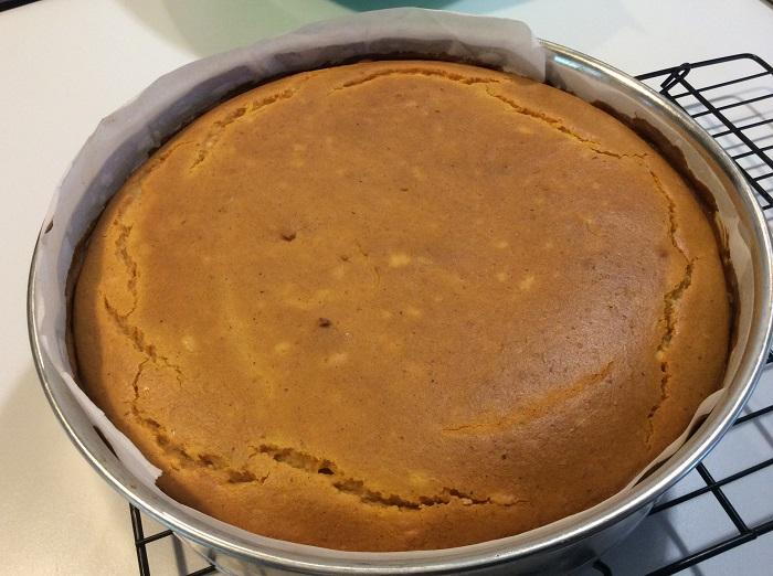 Чтобы на верхушке пирога не было неровностей, охлаждайте ее верхушкой вниз. / Фото: eatingnaturally.org