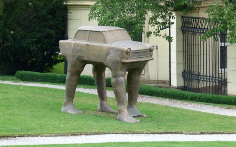 Необычные памятники Праги. Скульптура «Куда идешь?»