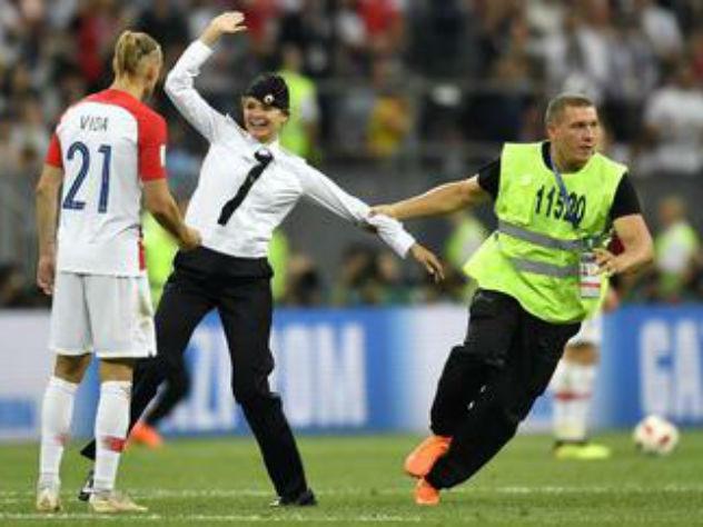 Стало известно, как Pussy Riot превращались в «полицейских» на стадионе