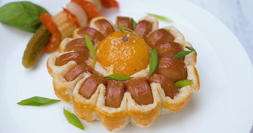 Простой рецепт оригинального завтрака: яйца с сосисками в слоеном тесте