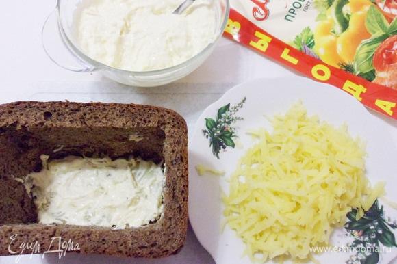 Картофель очистить и натереть на крупной терке. Выложить половину картофеля и промазать смесью из майонеза и сыра.