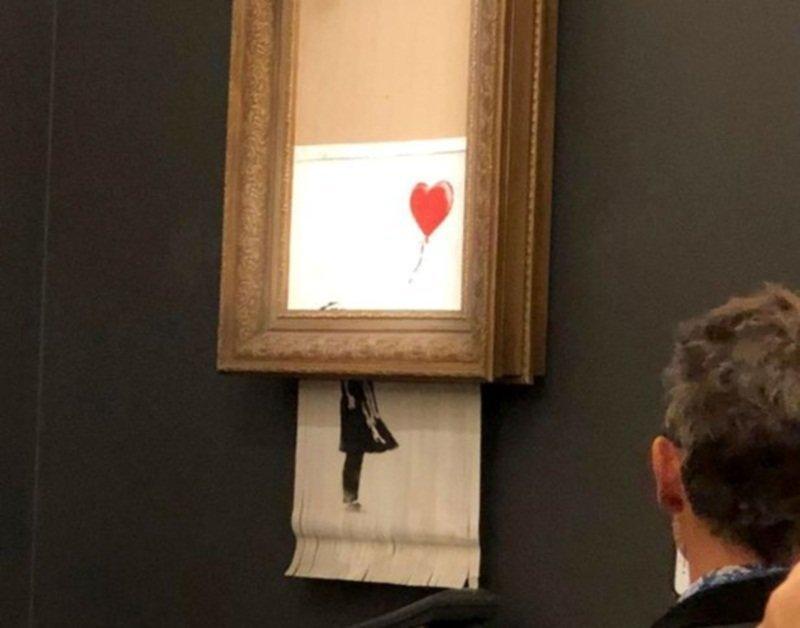 Проданная за миллион фунтов картина Бэнкси самоуничтожилась после продажи ynews, аукцион, бэнкси, видео, диверсия, картина, шредер