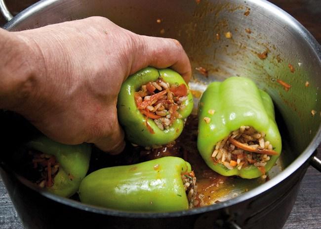 укладка перцев, фаршированных рассыпчатой начинкой в кастрюлю для варки