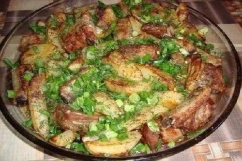Сочные и аппетитные свиные ребрышки с картошкой, приготовленные в духовке!