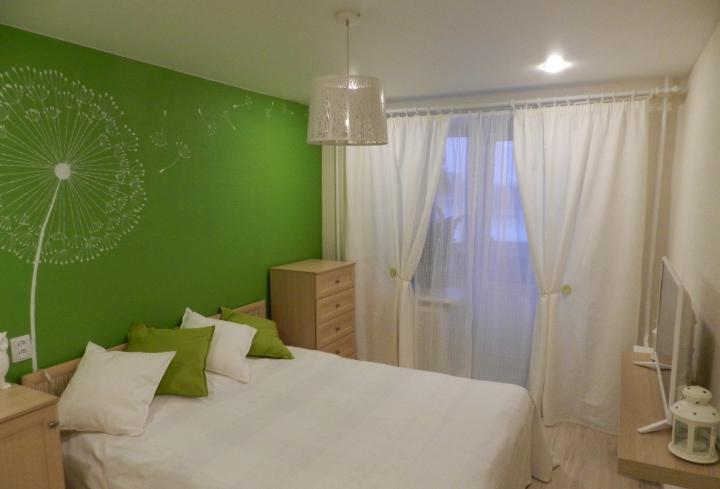 Спальня в бело-зеленых тонах