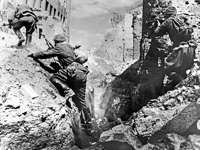 Советские автоматчики ведут бой на разрушенных улицах Сталинграда.