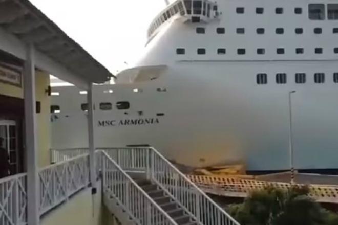 Огромный круизный лайнер протаранил причал прямо перед камерами туристов