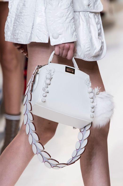 Белая сумка: с чем выбрать и как носить в 2019 году?