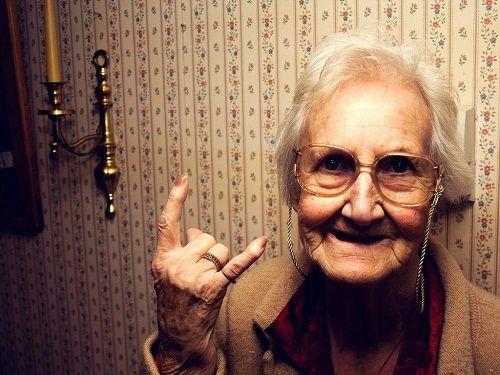 Шпана перегородила дорогу пожилой женщине, но «бабушка» устроила им такое, что мама не горюй!