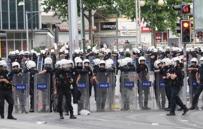 """Взрыв в Стамбуле совершила связанная с """"ИГ"""" смертница"""