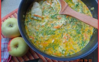 Курица в соусе с кабачком и яблоком