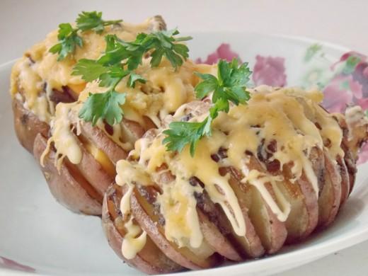 Картошка-гармошка. Печеный картофель с салом под сырной корочкой.