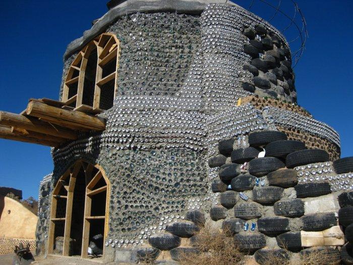 «Отходные дома»: как из мусора или даже нечистот люди умудряются строить комфортные жилища