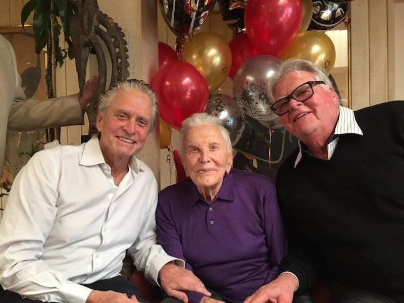 Легенда голливудского кино Кирк Дуглас отметил 101-летие