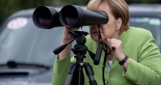 В Сети высмеяли Меркель, посмотревшую в бинокль на российскую военную базу