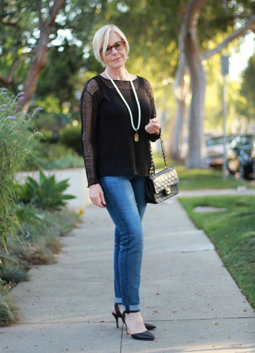 Женщина в тонком черном свитере. /Фото: ratatum.com