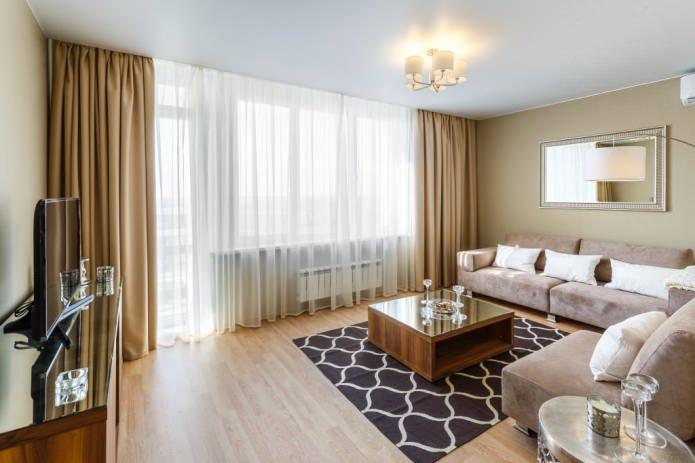 белый и коричневый тюль в гостиной