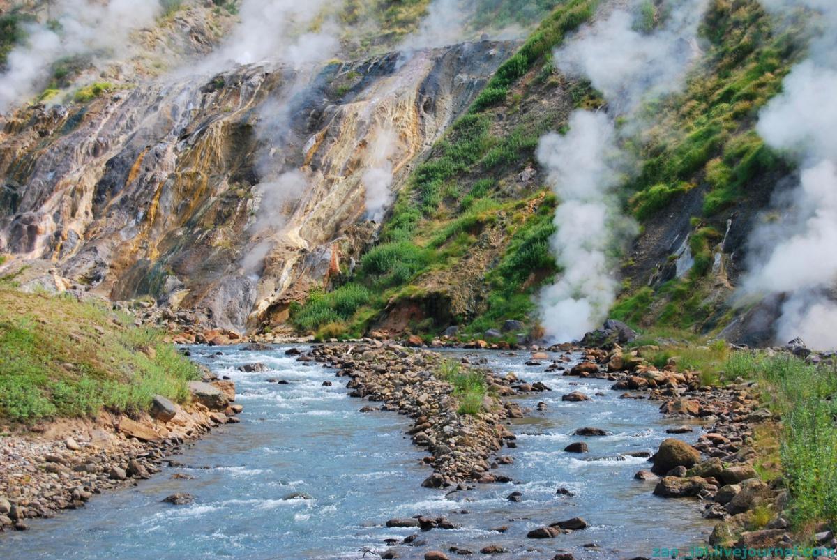 Долина гейзеров. Горячие источники у берега реки.