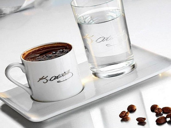 зачем к кофе подают воду