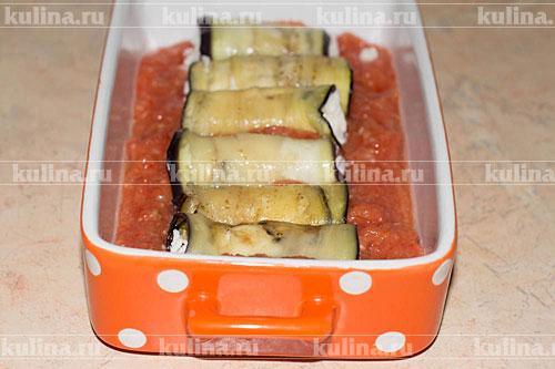 Вылить томатную массу в огнеупорную форму, положить рулетики.