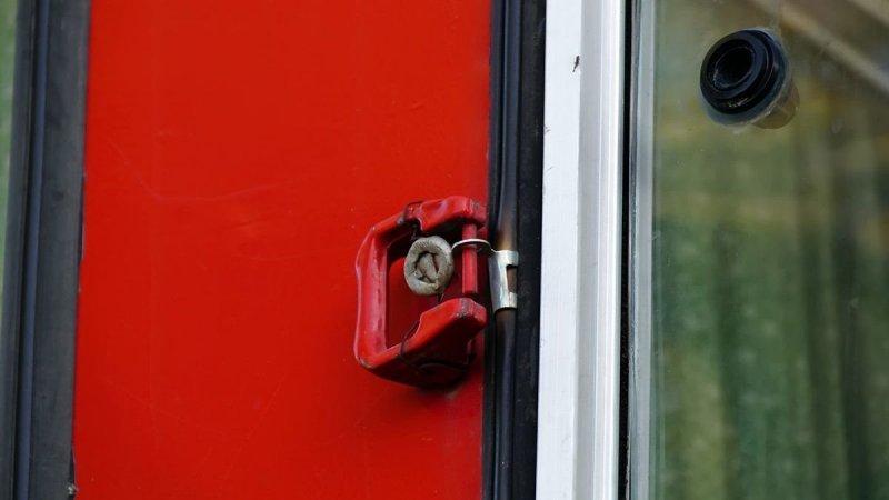 На всех окнах без форточек сохранены рукоятки аварийного выхода вместе с заводскими пломбами — те, что ''Выдерни шнур, выдави стекло'' ЛиАЗ 677, авто, автобус, лиаз