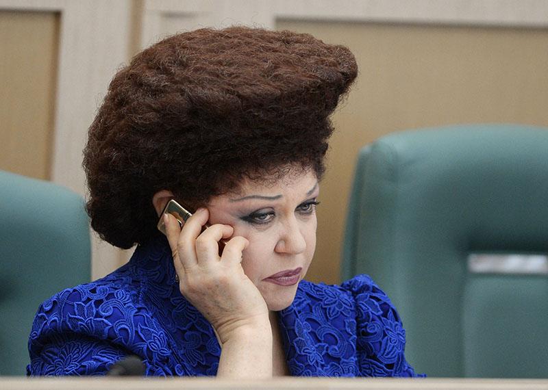 «Я не знаю, как она делает это!» - прическа сенатора от Хакасии не на шутку взволновала Twitter