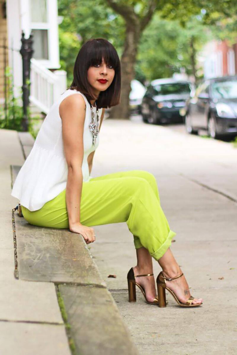 с чем сочетать зеленые брюки