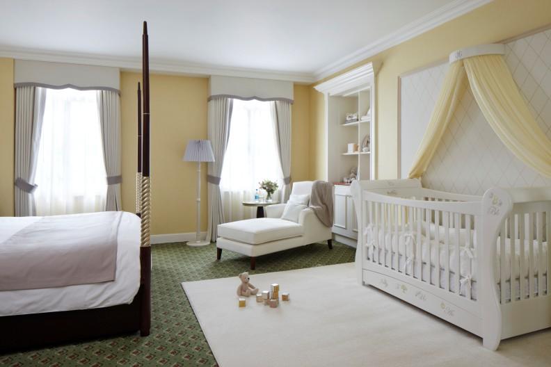 Зонирование спальни родителей и ребенка с помощью ковра