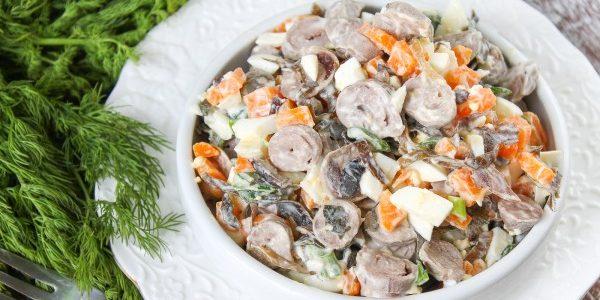Салат из морской капусты с куриными сердечками и морковью