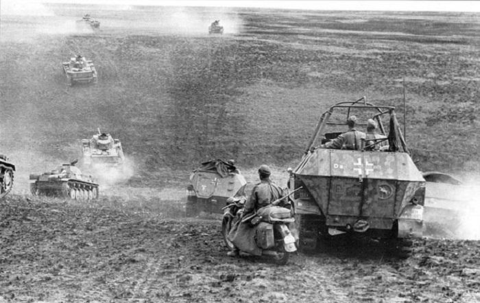 Танки и бронетехника 24-й танковой дивизии вермахта идут в наступление на Сталинград.