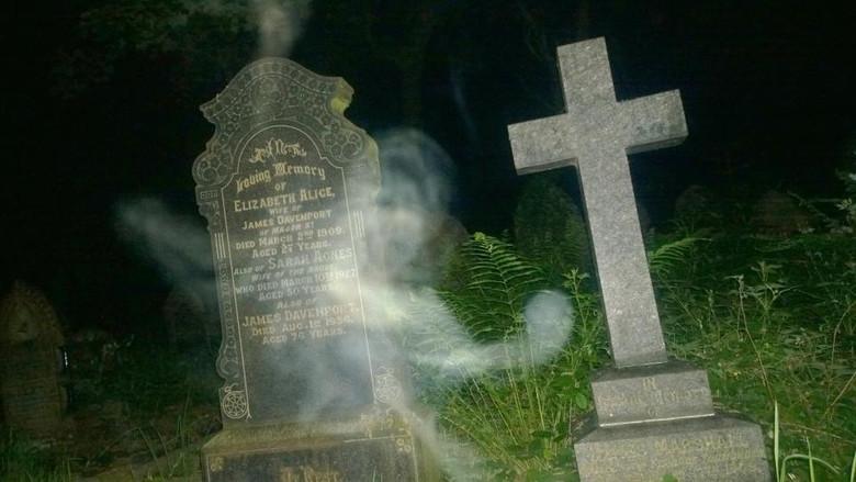 На могиле женщины засняли ст…