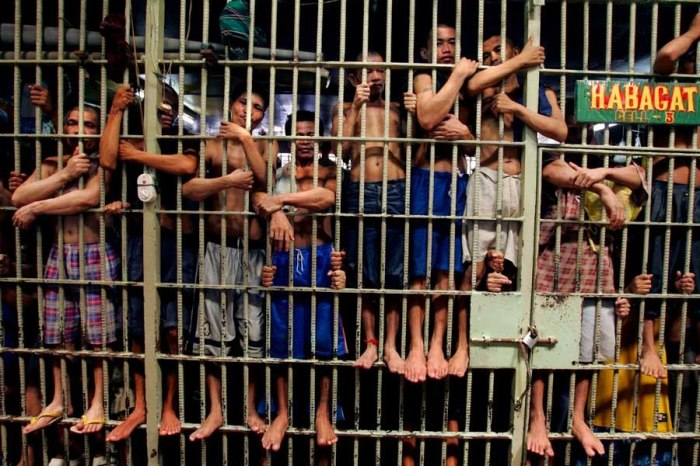 Переполненная тюремная камера.