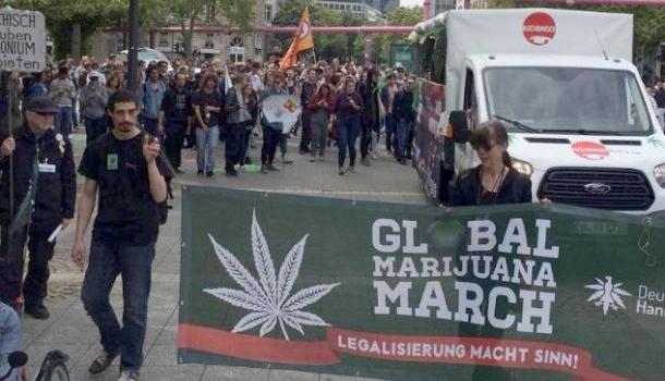 Повсей Германии люди вышли наулицы стребованием узаконить марихуану